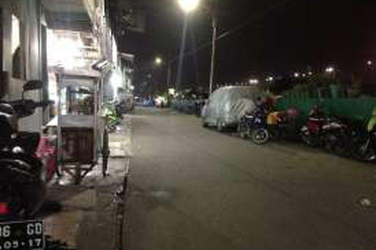 Tampak suasana di daerah Kalijodo, Kelurahan Pejagalan, Kecamatan Penjaringan, Jakarta Utara, Kamis (11/2/2016) dini hari. Sepanjang jalan ini, banyak rumah-rumah kecil digunakan sebagai kafe dan tempat prostitusi.