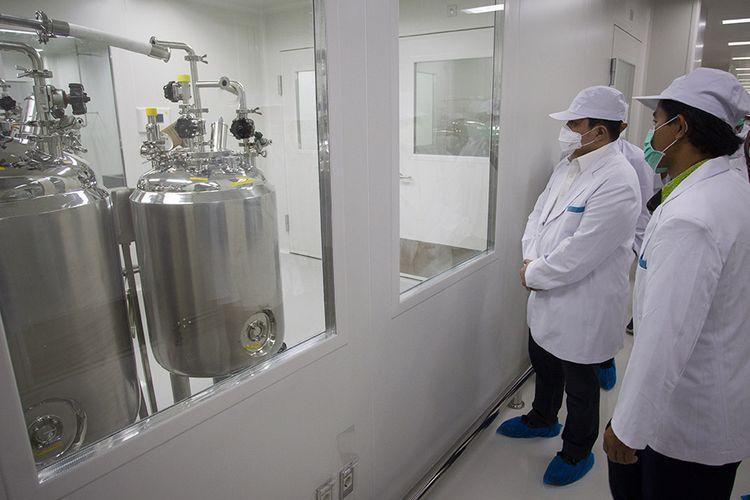 Menteri Badan Usaha Milik Negara (BUMN) Erick Thohir (kedua kanan) saat meninjau fasilitas produksi vaksin COVID-19 di kantor Bio Farma, Bandung, Jawa Barat, Selasa (4/8/2020). Menteri BUMN Erick Thohir menyatakan PT Bio Farma (Persero) telah mampu memproduksi vaksin COVID-19 dengan kapasitas 100 juta vaksin.