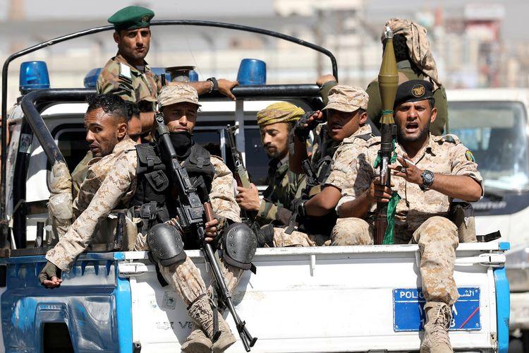 Pasukan Houthi menumpang di bak truk polisi, setelah menghadiri pertemuan Houthi di Sanaa, Yaman, 19 Februari 2020.