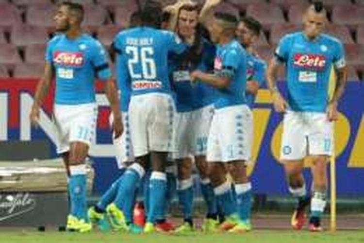 Penyerang Napoli asal Polandia, Arkadiusz Milik (tengah), berselebrasi bersama rekan-rekannya usai mencetak gol ke gawang AC Milan dalam pertandingan Serie A di Stadion San Paolo, Naples, Sabtu (27/8/2016).