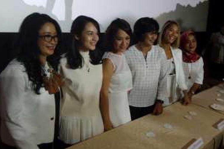 Dari kiri ke kanan: Lilies Handayani, Chelsea Islan, Bunga Citra Lestari, Nurfitriyana, Tara Basro, Kusumawardhani menghadiri konferensi pers film 3 Srikandi di XXI Plaza Indonesia, Senin (18/4/2016).
