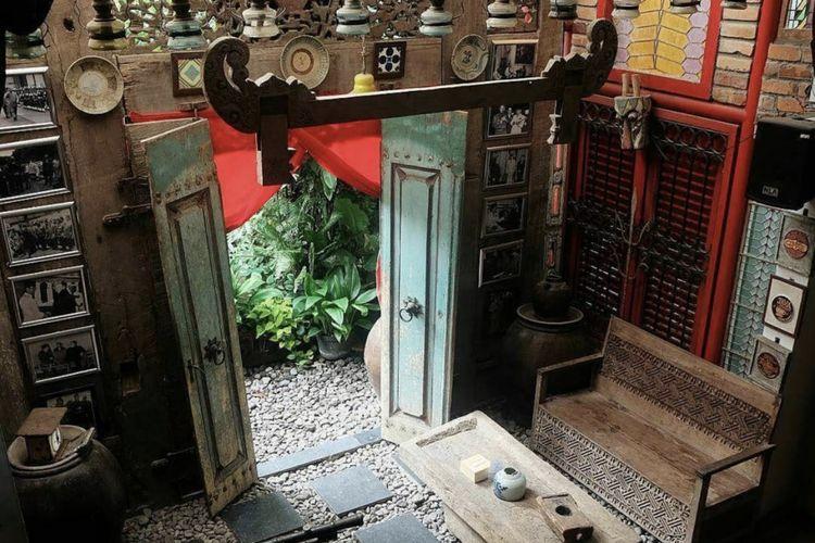 Konsep Cina-Jawa yang dihadirkan lewat interior kuno khas Cina-Jawa menghiasi setiap sudut restoran ini.