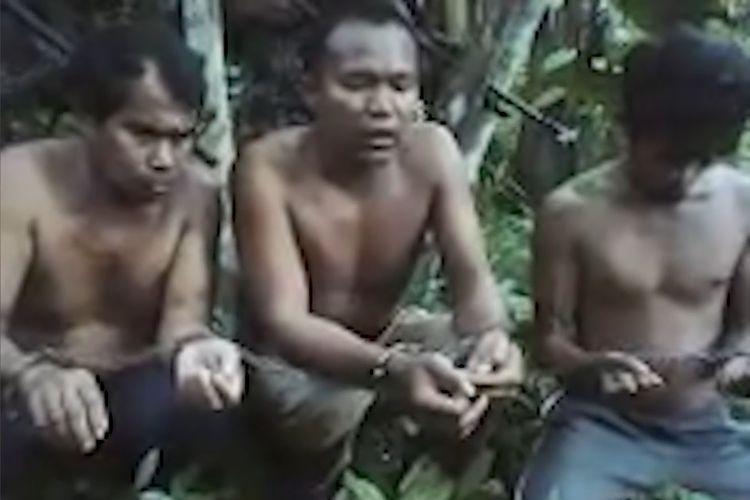 Ketiga nelayan Indonesia ketika dihadapkan dalam rekaman video yang dirilis Abu Sayyaf pekan lalu. Ketiganya ditangkap September lalu, di mana Abu Sayyaf meminta tebusan Rp 8 miliar.