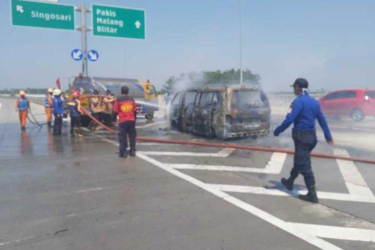 Mobil Kia Pregio nomor polisi W 1954 NK terbakar di Tol Pandaan-Malang, Minggu (30/8/2020).