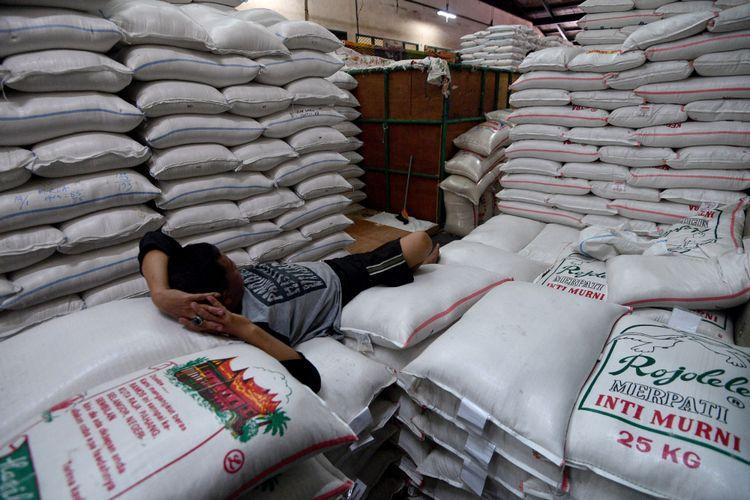 Pekerja beristirahat di atas tumpukan karung beras di Pasar Induk Beras Cipinang, Jakarta Timur, Jumat (19/1/2018). Pemerintah bakal mengimpor beras sebanyak 500 ribu ton guna menambah pasokan beras nasional yang kini hanya tersisa dibawah satu juta ton beras sementara menurut Organisasi Pangan dan Pertanian (FAO) PBB negara seperti Indonesia harus mempunyai cadangan beras nasional berkisar 1,1 juta hingga 1,8 juta ton.