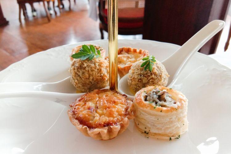 Beberapa hidangan yang terdapat dalam menu baru Cafe Batavia bernama Afternoon Tea. Hidangan terdiri dari Mushroom vol au vent (kanan depan), Onion beef quiche (kiri depan), dan Bitterballen (kanan dan kiri tengah), Jakarta, Jumat (28/2/2020).