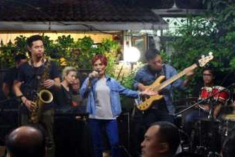 Margie Segers saat menyumbangkan suaranya di Last Melody For Mike di kediaman Mike Mohede di Bintari, Jakarta Selatan, Senin (1/8/2016).