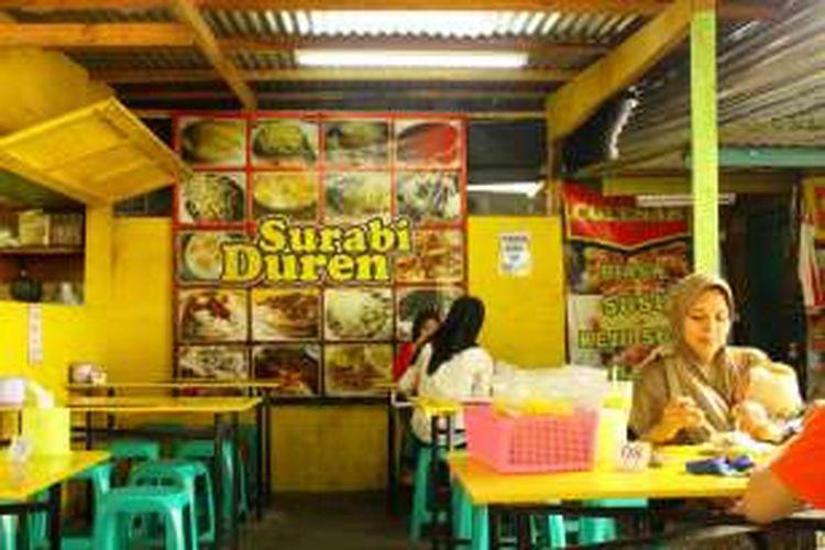 Suasana Kedai Durian Sukasari di sore hari, saat baru buka pukul 15.00 hingga pukul 24.00 WIB. Dibawah pohon rindang di tengah kota Bogor.