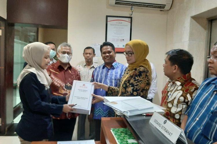 Komisioner KPU Evi Novida Ginting Manik dan Komisioner KPU lainnya datangi kantor DKPP, Jakarta Pusat, Senin (23/3/2020). Foto: KPU.