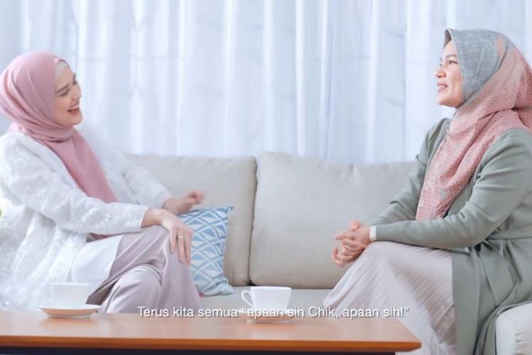 Artis peran Cut Meyriska (kiri) dan Dewi Sandra (kanan).