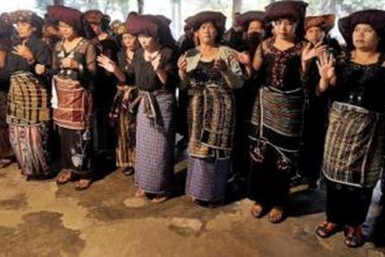 Bagi masyarakat Karo, uis gara (ulos dalam bahasa Batak) telah menjadi bagian dari kehidupan sehari-hari, terutama berkaitan dengan acara adat, termasuk upacara pemakaman.