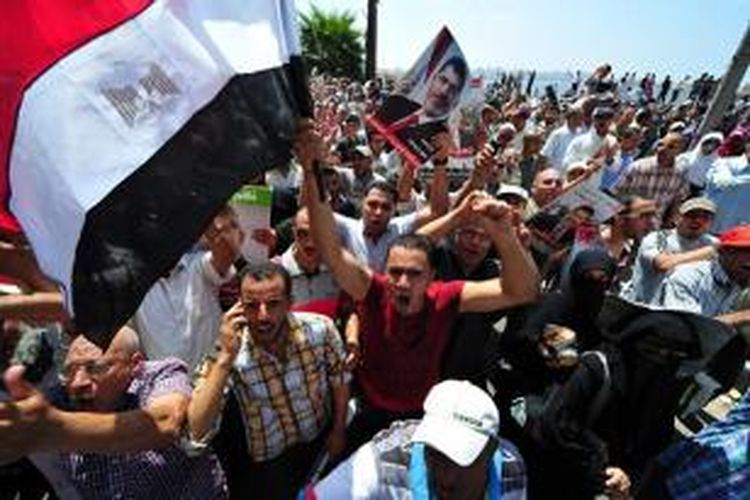 Para pendukung Muhammad Mursi di kota Alexandria turun ke jalan mengecam penggunaan kekerasan oleh aparat keamanan Mesir yang menewaskan 638 orang dan melukai 4.000 orang lainnya.