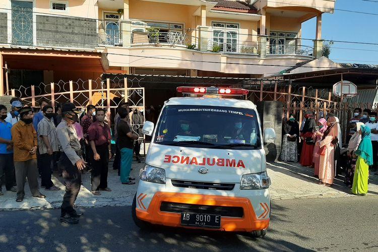 Mobil ambulan yang membawa jenazah jenazah Uli Nur Rohmi saat berangkat dari rumah duka menuju pemakaman.