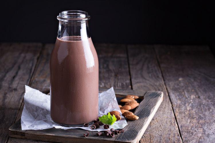 Ilustrasi susu sapi segar rasa cokelat dalam botol.