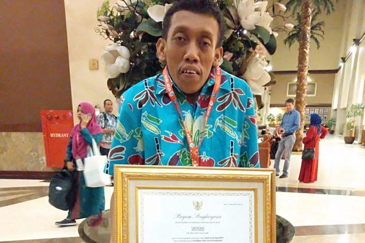 Sriyono Abdul Qohar (35) guru PAUD disabilitas asal Blora, Jawa Tengah mendapatkan penghargaan dari Kementerian Pendidikan dan Kebudayaan dengan kategori penyandang cacat peduli PAUD. Ia mendirikan dan mengajar di PAUD Gembira Ria di Blora.