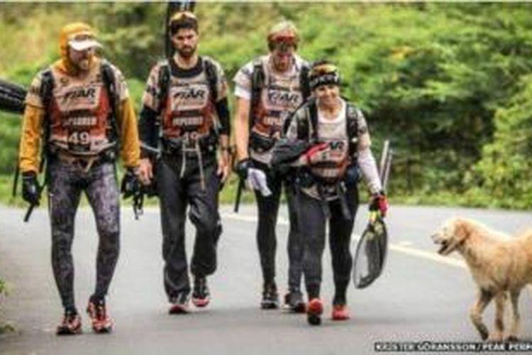 Para petualang Swedia yang mengikuti lomba petualangan dunia di hutan tropis Ekuador malah bertemu dengan seekor anjing liar yang kemudian mengikuti mereka sepanjang 629 kilometer perjalanan.
