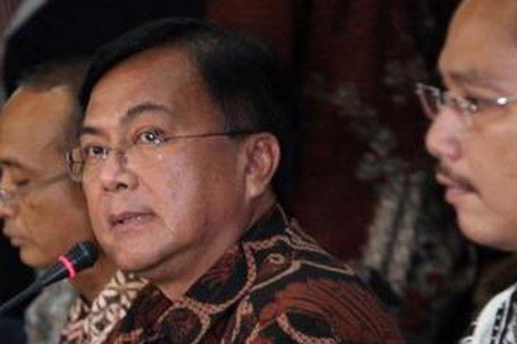 Deputi Bidang Penindakan Badan Nasionak Narkotika, Irjen Benny Mamoto didampingi oleh Kepala Humas BNN, Sumirat saat menggelar konferensi  pers di Gedung BNN, Jakarta Timur, Jumat (1/2/2013). BNN akhirnya menetapkan 8 tersangka termasuk seorang artis ibukota berinisial RA yang digrebek di Kawasan Lebak Bulus beberapa hari lalu.