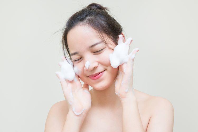 Membersihkan wajah adalah tahap pertama dalam urutan skincare pagi.