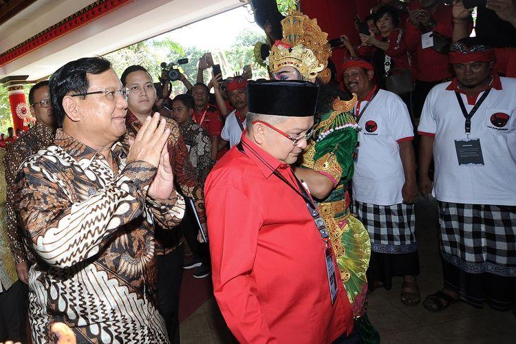 Ketua Umum Partai Gerindra Prabowo Subianto (kiri) berjalan memasuki ruangan Pembukaan Kongres V PDI Perjuangan di Sanur, Denpasar, Bali, Kamis (8/8/2019). Kongres V PDI Perjuangan akan diselenggarakan hingga 11 Agustus mendatang dengan mengambil tema Solid Bergerak Untuk Indonesia Raya. ANTARA FOTO/Fikri Yusuf/wsj.