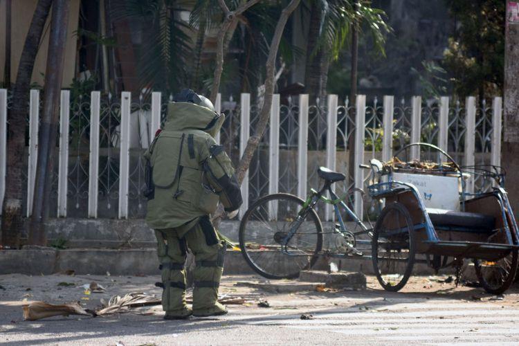 Personel penjinakan bom (Jibom) bersiap melakukan identifikasi di lokasi ledakan Gereja Katolik Santa Maria Tak Bercela di Ngagel Madya, Surabaya, Jawa Timur, Minggu (13/5/2018). Menurut pihak kepolisian setempat, terjadi ledakan di tiga lokasi gereja pada waktu hampir bersamaan di Surabaya. ANTARA FOTO/M Risyal Hidayat/kye/18