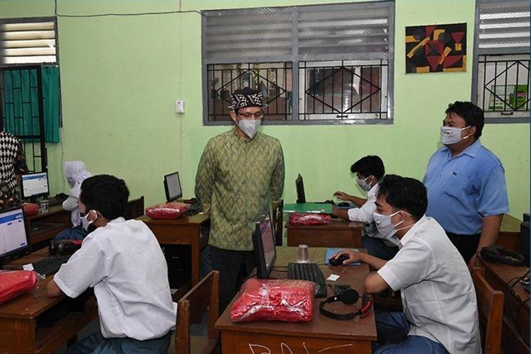 Mendikbudristek Nadiem Makarim mengunjungi SD Muhammadiyah Jogokariyan, SMA Ma'arif NU, SMP Taman Dewasa Jetis.