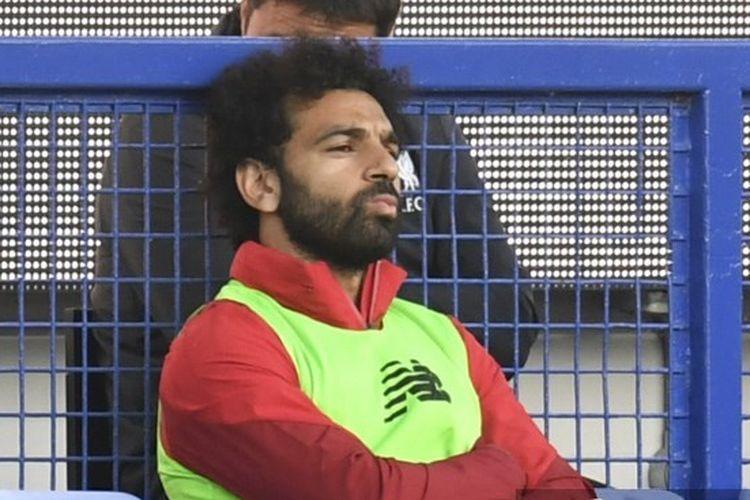 Penyerang Liverpool Mohamed Salah duduk manis di bangku cadangan menyaksikan timnya bertanding melawan Everton di Goodison Park pada pekan ke-30 Liga Inggris 2019-2020.