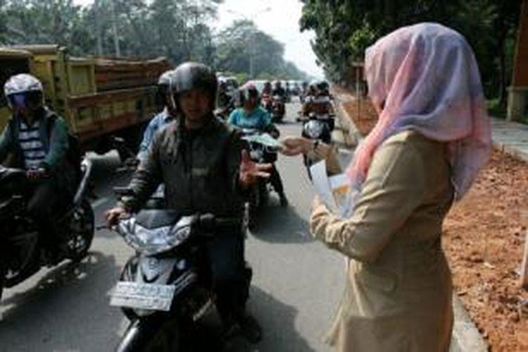 Badan Lingkungan Hidup Kota Pontianak, Kalbar membagikan masker, Selasa (8/10/2013)  setelah kabut asap menyelimuti Pontianak.