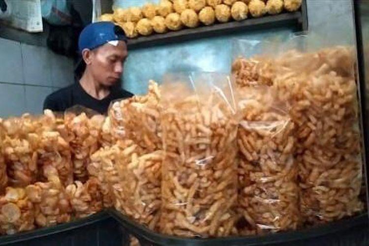 Gurilem berarti gurih dan pelem. Hal ini mengacu pada rasa dari kerupuk khas Cililin, Kabupaten Bandung Barat.