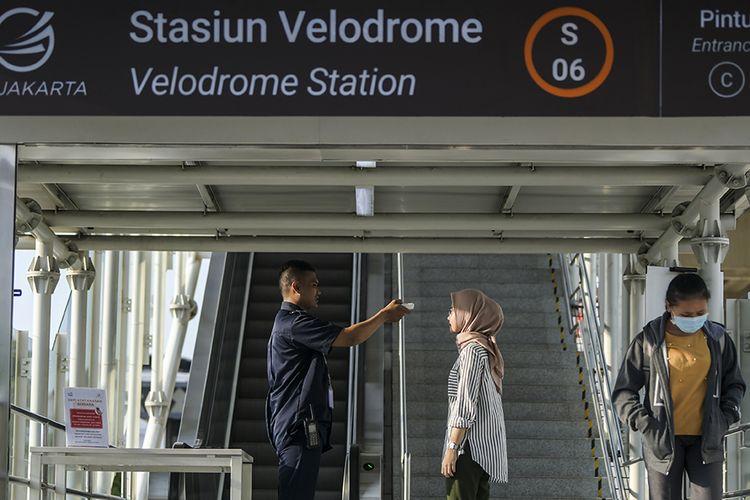 Petugas memeriksa suhu tubuh calon penumpang LRT (Light Rail Transit) di Stasiun LRT Velodrome, Jakarta, Selasa (3/3/2020). Pemeriksaan suhu tubuh penumpang tersebut merupakan upaya untuk mengantisipasi penyebaran virus corona atau Covid-19.