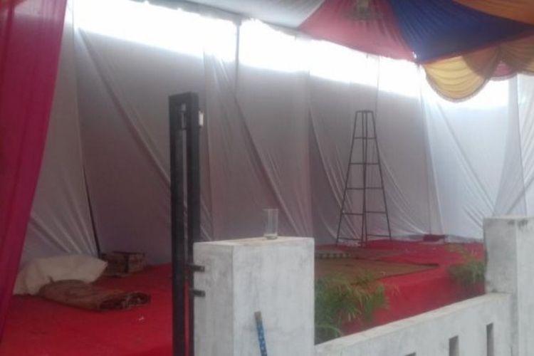 Tenda untuk resepsi pernikahan masih terpasang di depan rumah Liza, Senin (19/2/2018).