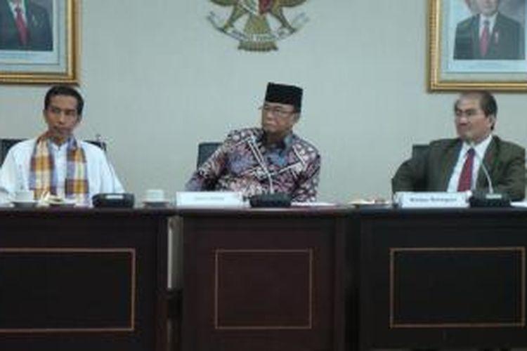 Gubernur DKI Jakarta Joko Widodo, Ketua MPR Sidarto Danusubroto, dan Ketua Delegasi Panitia 17 Jimly Asshidique saat memimpin rapat membahas nama pahlawan untuk dijadikan nama jalan protokol, Jumat (30/8/2013), di Gedung Parlemen, Jakarta.