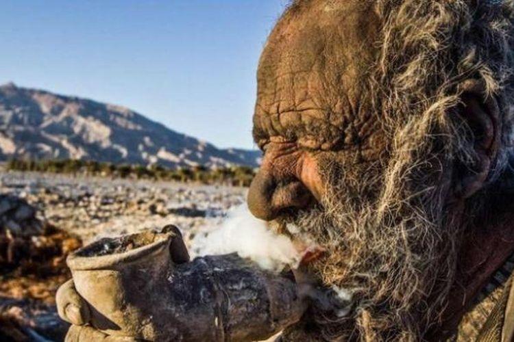 Amou Haji (80) mengaku tidak pernah mandi selama 60 tahun terakhir karena yakin mandi bisa membuat dirinya sakit.