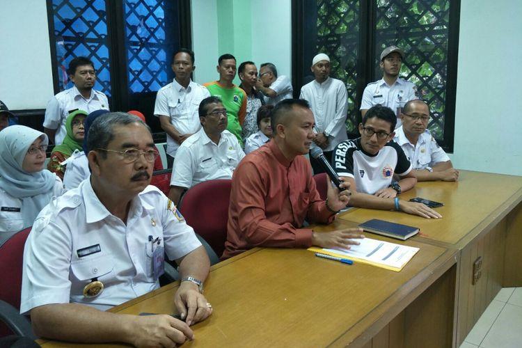 Wakil Gubernur DKI Jakarta Sandiaga Uno meninjau layanan pengaduan warga di Kecamatan Gambir, Sabtu (18/11/2017).