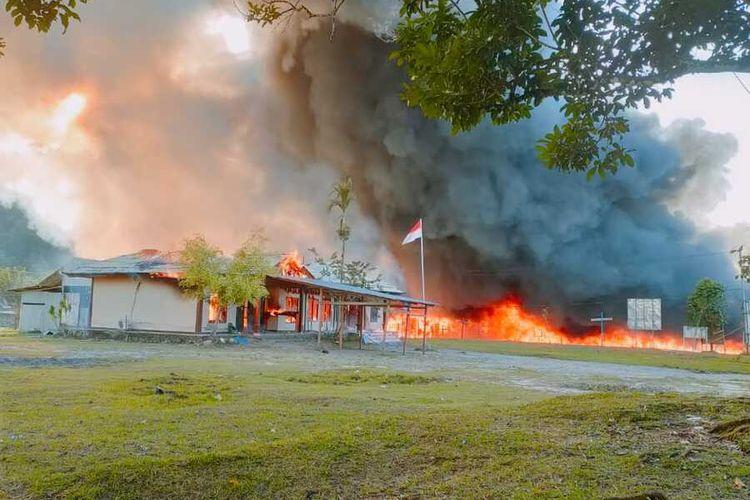 Kantor KPU Yalimo dibakar massa setelah MK mendiskualifikasi kepesertaan pasangan Erdi Dabi-Jhon Wilil dari Piloada Yalimo 2020,Yalimo, Papua, Selasa (29/6/2021)