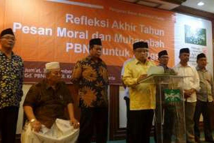 Ketua Umum Pengurus Besar Nahdatul Ulama (PBNU), Said Aqil Siroj (tengah) bersama jajaran PBNU saat merilis refleksi akhir tahun di Kantor PBNU, Jalan Kramat Raya, Jakarta Pusat, Jumat (30/12/2016)