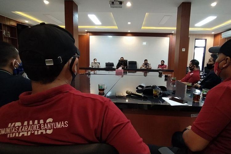 Audiensi pengusaha tempat karaoke yang tergabung salam Komunitas Karaoke Banyumas (Kramas) di Kantor Dinas Pemuda Kebudayaan dan Pariwisata (Dinporabudpar) Banyumas, Selasa (4/8/2020).