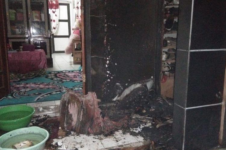 Kondisi teras rumah milik Bripka Hamsyar usai dilempari bom molotov oleh orang tak dikenal, Jumat (14/6/2019) dini hari.