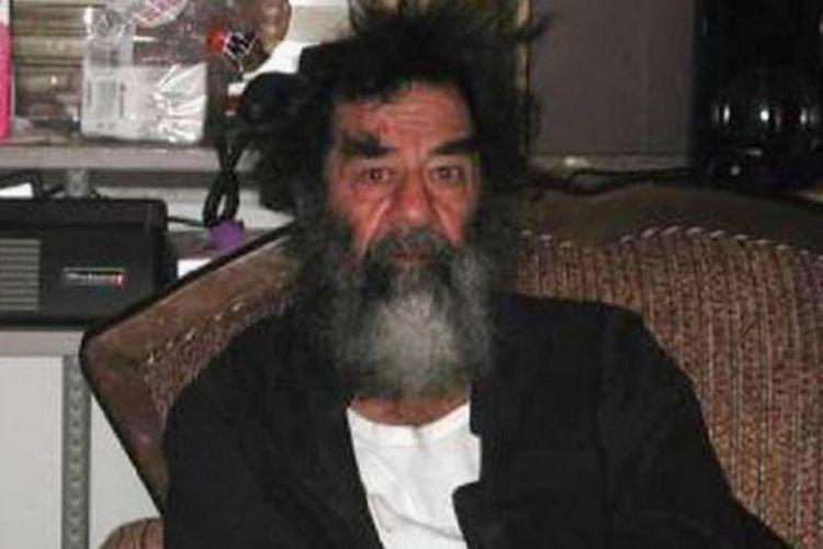 Saddam Hussein sesaat setelah ditangkap pada Desember 2003.