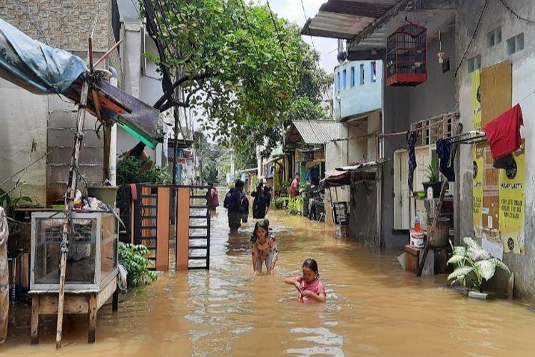Genangan banjir di Cipinang Melayu, Jakarta Timur, pada Jumat (19/2/2021) siang.