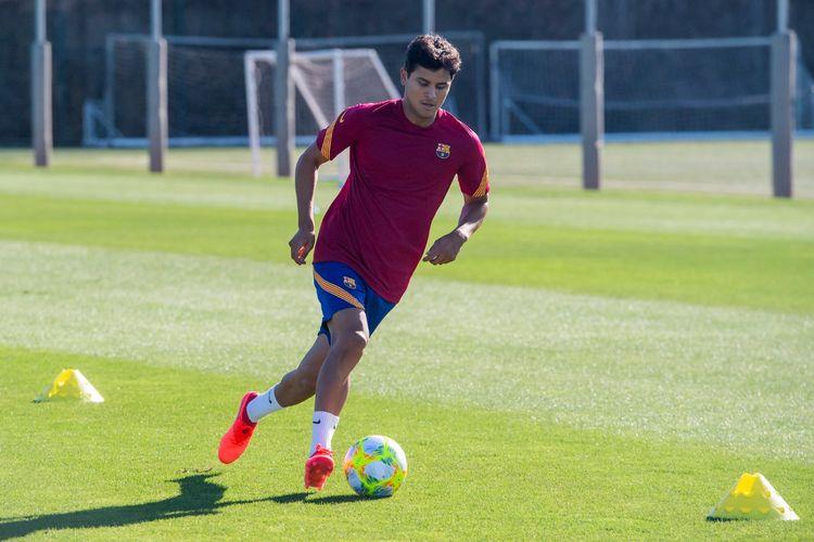 Pemain Barcelona B, Lucas De Vega, menjalani sesi latihan musim kompetisi 2020-2021.