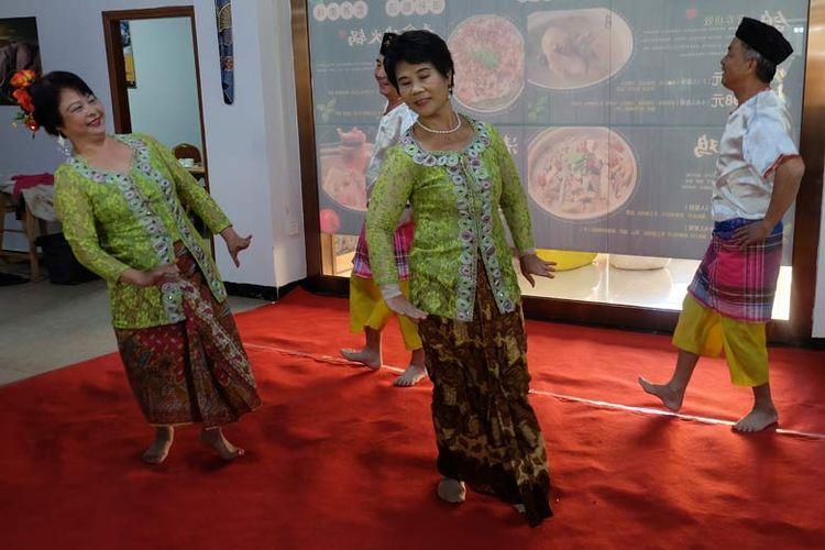 Warga Kampung Indonesia menyuguhkan tarian diiringi lagu daerah Indonesia untuk pengunjung.