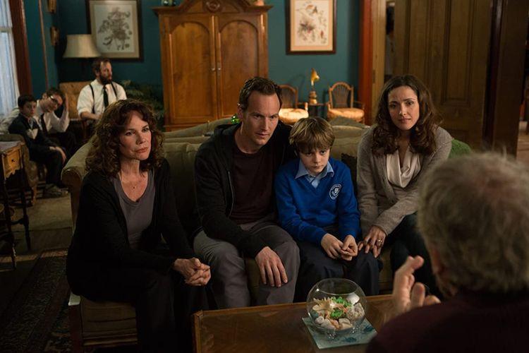 Barbara Hershey, Rose Byrne, Patrick Wilson, dan Ty Simpkins dalam film horor Insidious: Chapter 2 (2013).