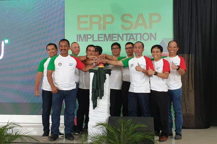 Executive Vice President Telkom Regional I Asep Kartiwan (ketiga dari kanan) bersama dengan Direktur Utama Semen Baturaja Jobi Triananda Hasjim (kedua dari kiri) meresmikan Go Live ERP-SAP Implementation 2019 Semen Baturaja di Baturaja, Rabu (2/1).