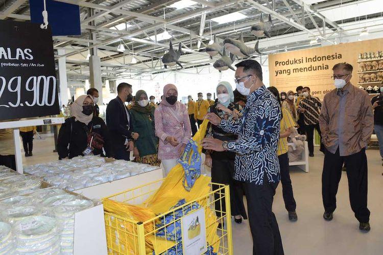 Gubernur Jawa Barat, Ridwan Kamil, beserta istrinya selaku Ketua Dekranasda Jawa Barat, Atalia Praratya Ridwan Kamil menjadi pengunjung pertama di IKEA Kota Baru Parahyangan pada hari Minggu (28/3/2021).