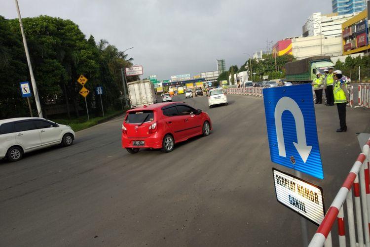 Kondisi gerbang tol Bekasi Barat, Senin (12/3/2018) saat pemberlakuan pertama kebijakan ganjil genap