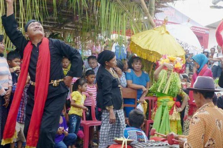 Masyarakat Desa Olehsari, Kecamatan Glagah, Kabupaten Banyuwangi, Jawa Timur, menggelar ritual Seblang Olehsari, Jumat (24/7/2015). Tradisi adat masyarakat asli Banyuwangi yang dilangsungkan setelah hari raya Idul Fitri tersebut untuk mengungkapkan syukur dan memohon keselamatan. Ritual Seblang Olehsari menjadi agenda budaya dalam Festival Banyuwangi 2015.