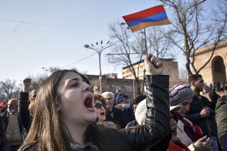 Pendukung oposisi di Yerevan pada Sabtu (27/2/2021) berunjuk rasa di luar gedung Majelis Nasional, untuk menutut pengunduran diri PM Armenia Nikol Pashinyan usai kalah perang lawan Azerbaijan tahun lalu.