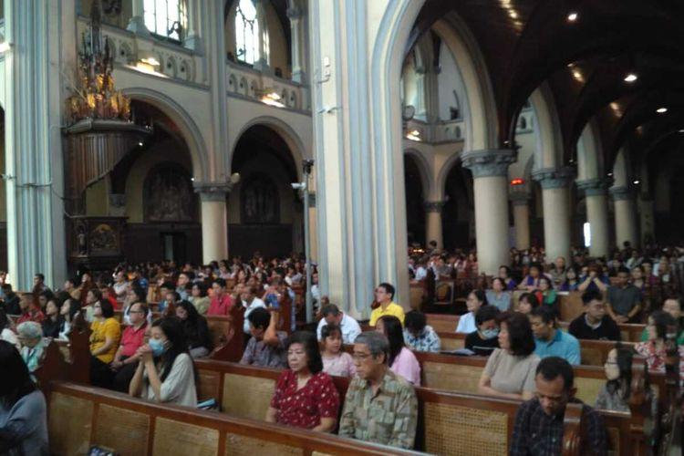 Suasana Misa di Gereja Katedral, Jakarta, Minggu (15/3/2020).