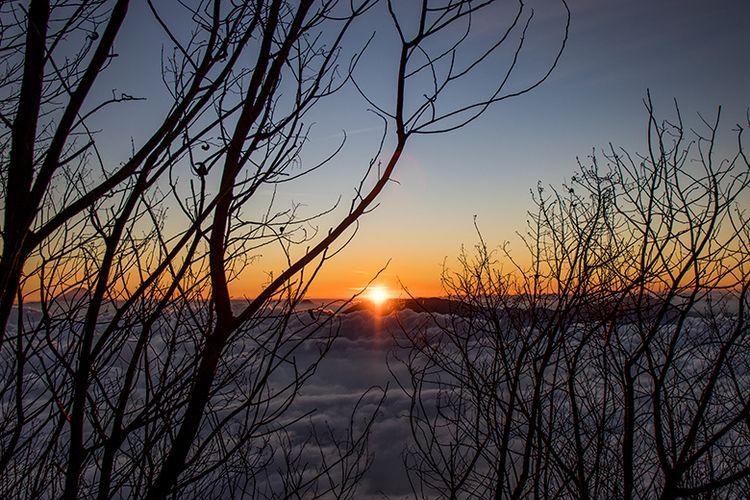 Matahari Terbenam Dilihat dari Area Camping Pos III Gunung Sindoro via Tambi