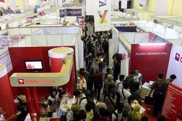 Suasana Kompas Karier Fair 2013 di Balai Kartini, Jakarta, Jumat (26/4/2013). Pameran bursa kerja ini diikuti lebih dari 200 perusahaan, akan berlangsung hingga 27 April mendatang. KOMPAS IMAGES/KRISTIANTO PURNOMO